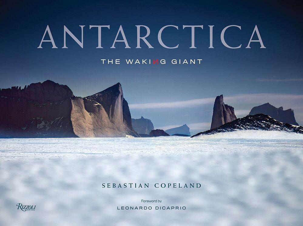 Una copertina del fotolibro Antarctica: The Waking Giant del fotografo tedesco Sebastian Copeland, che è  stato nominato fotografo dell'anno nel concorso Tokyo International Foto Awards 2020.
