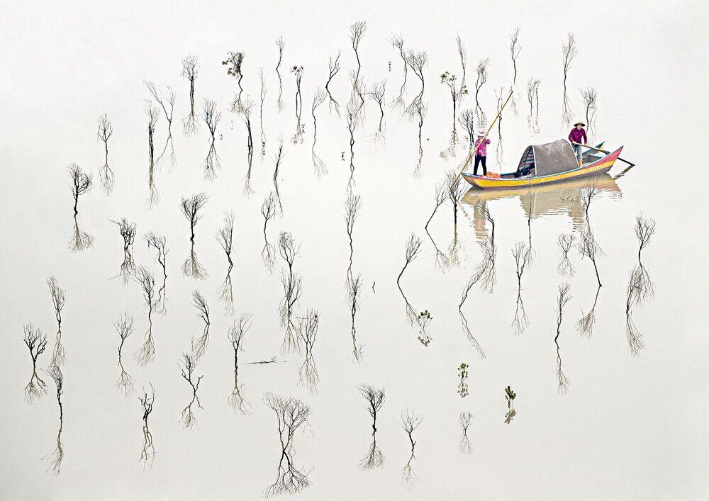 La foto Pescatori delle mangrovie del fotografo australiano Les Sharp, che è stata la vincitrice nella categoria Fine Art tra i fotografi professionisti del concorso fotografico Tokyo International Foto Awards 2020.