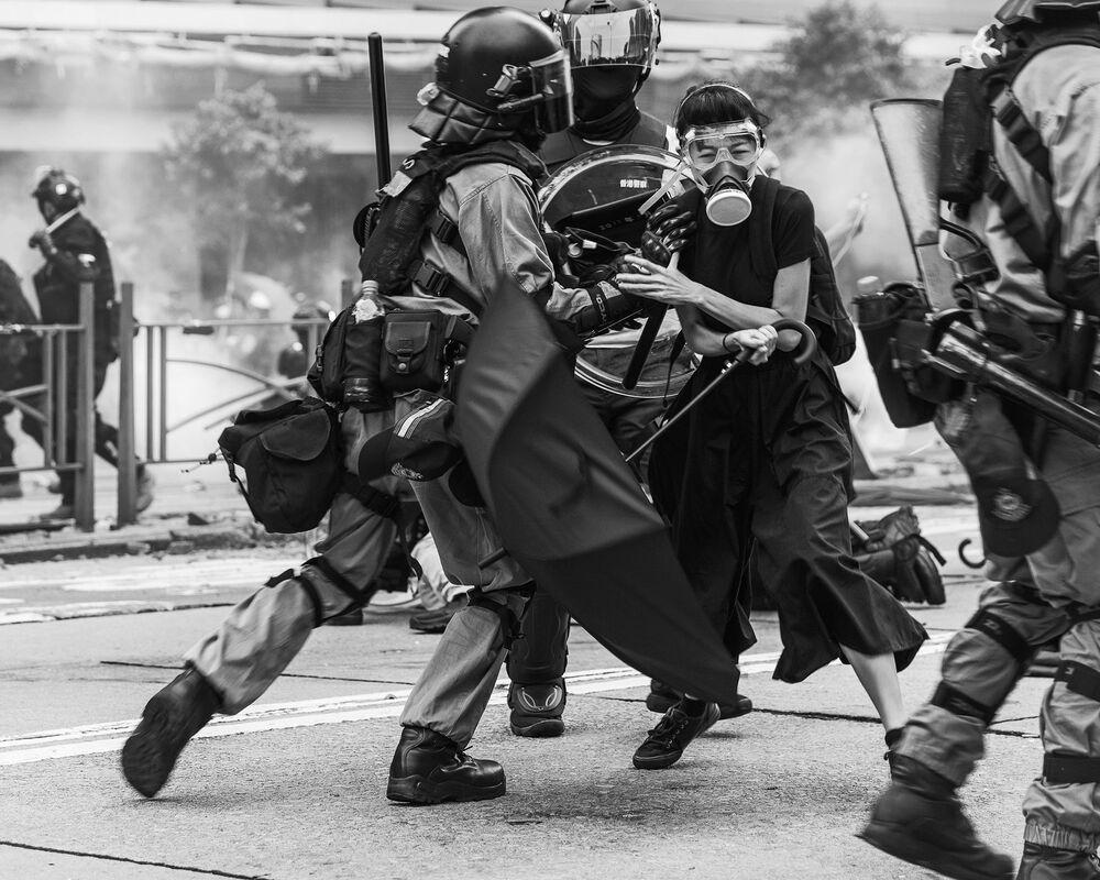 La foto Conflitto di Hong Kong del fotografo canadese Wei Fu, che è stata la vincitrice nella categoria Editoriale tra i fotografi non professionisti del concorso fotografico Tokyo International Foto Awards 2020.