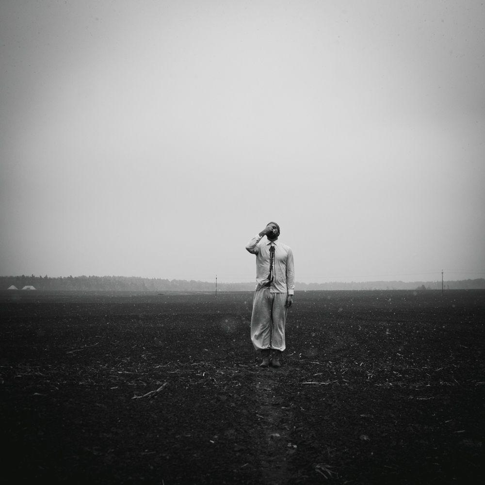 La foto Terra promessa del fotografo polacco Michal Konrad, che è stata la vincitrice nella categoria Le persone tra i fotografi non professionisti del concorso fotografico Tokyo International Foto Awards 2020.