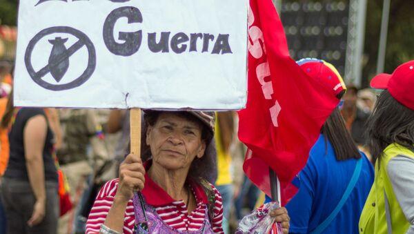 Участница во время акции в поддержку президента Венесуэлы Николаса Мадуро в Каракасе - Sputnik Italia