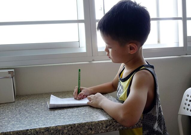 Un bambino cinese a scuola