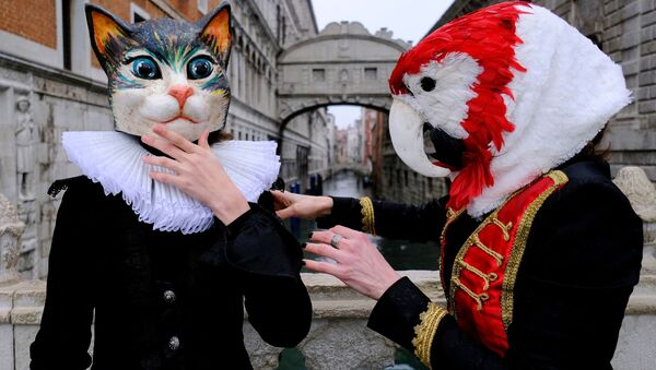 Le persone indossano maschere da carnevale vicino al Ponte dei Sospiri per celebrare il carnevale annuale di Venezia, che è stato cancellato quest'anno a causa della pandemia del coronavirus (COVID-19), a Venezia, Italia, il 7 febbraio 2021 - Sputnik Italia