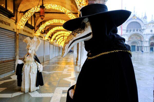 Le persone indossano maschere e costumi da carnevale in Piazza San Marco a Venezia, Italia, il 7 febbraio 2021 - Sputnik Italia