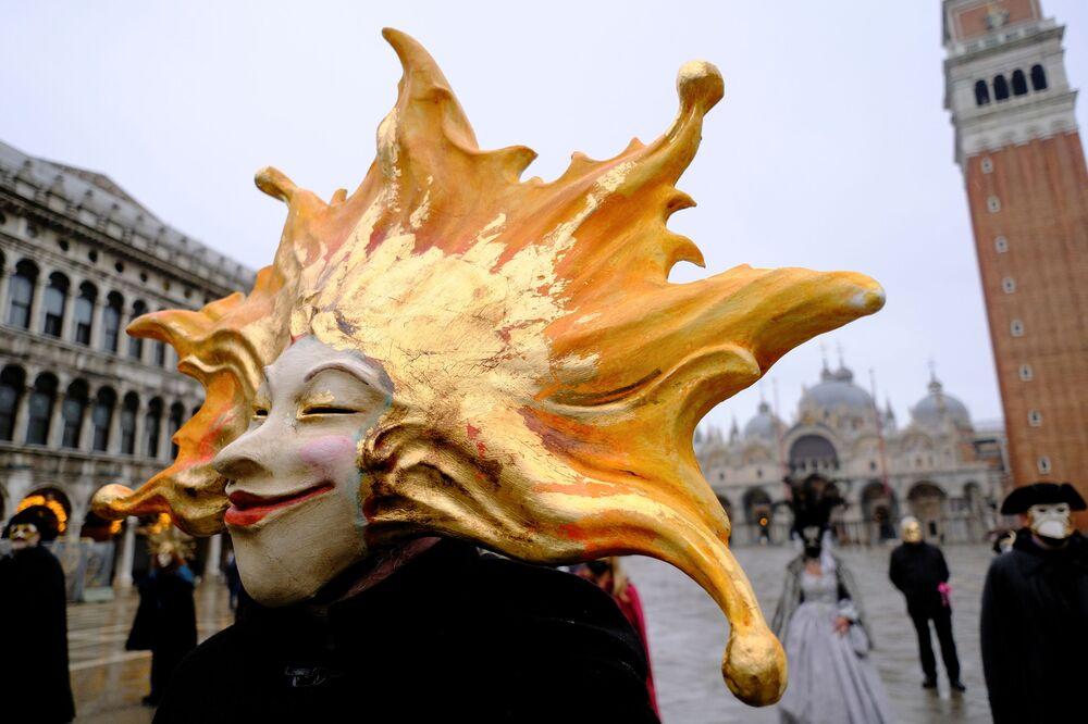 Poche persone mascherate in una piazza San Marco semideserta