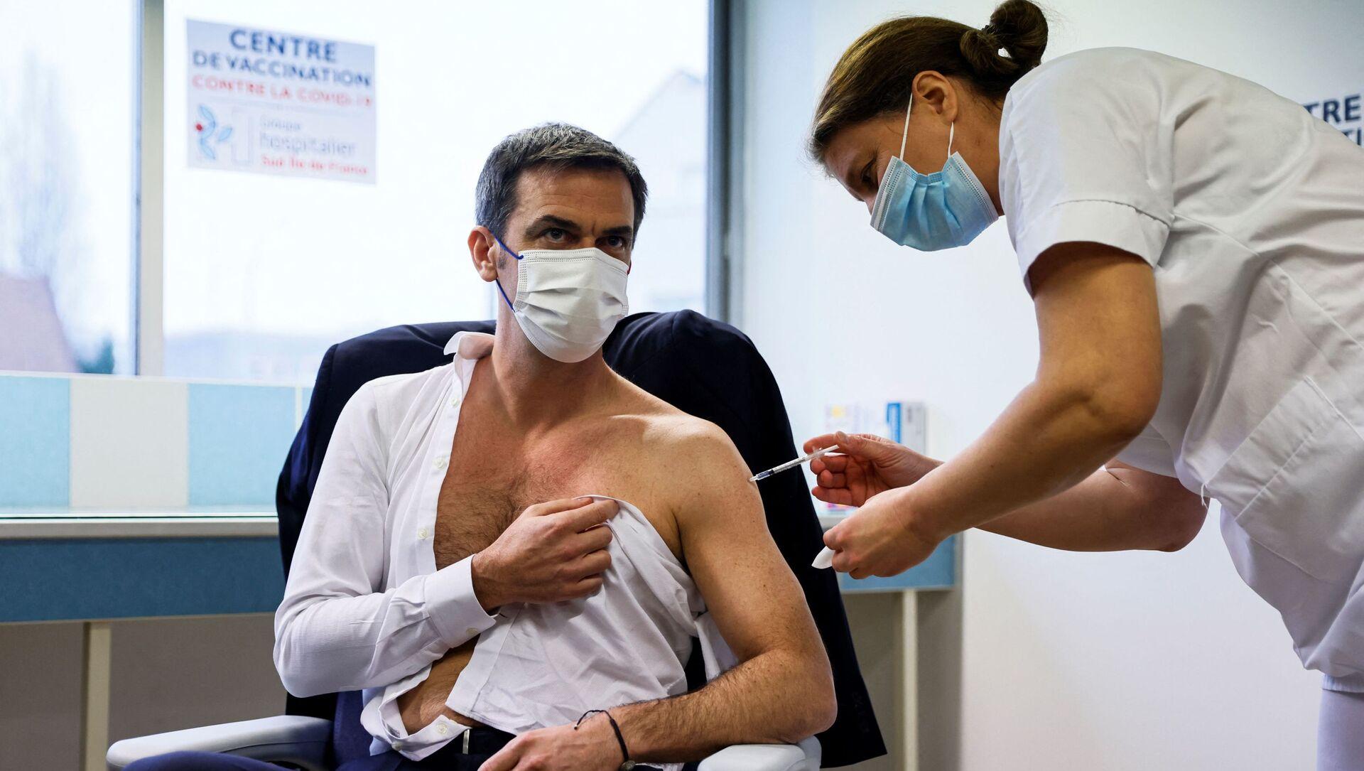 Il ministro Sanità francese Olivier Veran riceve una dose del vaccino AstraZeneca - Sputnik Italia, 1920, 08.02.2021