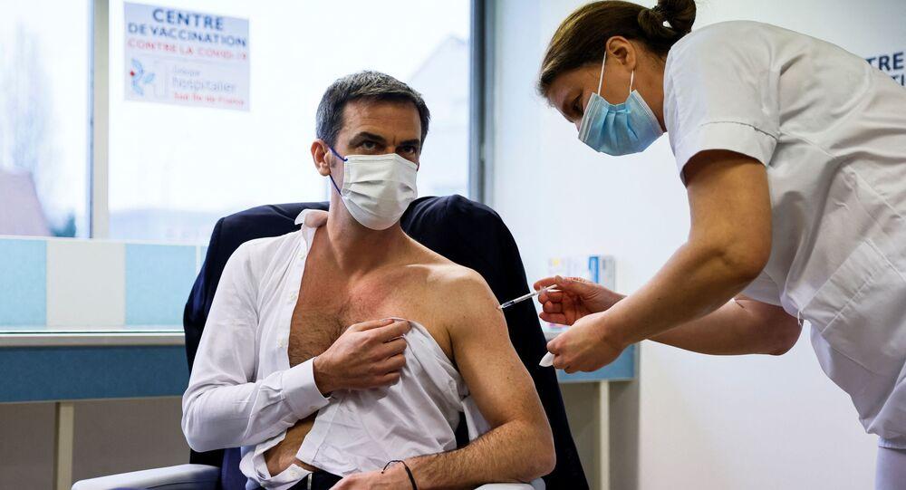 Ministro della Salute francese Olivier Veran si vaccina contro il coronavirus con il preparato di AstraZeneca