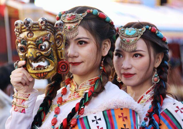 Ragazze in abiti nazionali in Tibet