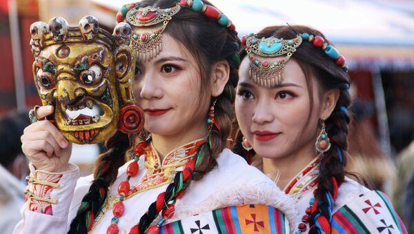 Ragazze in abiti nazionali in Tibet - Sputnik Italia