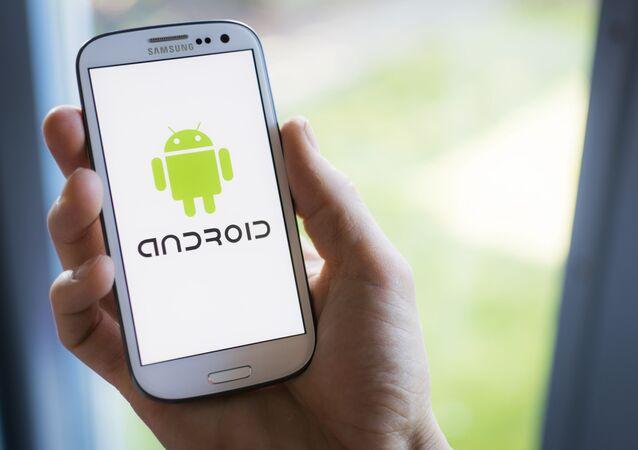 Un cellulare Samsung con il logo di Android sullo schermo