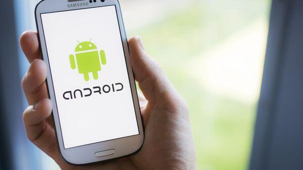 Un cellulare Samsung con il logo di Android sullo schermo - Sputnik Italia