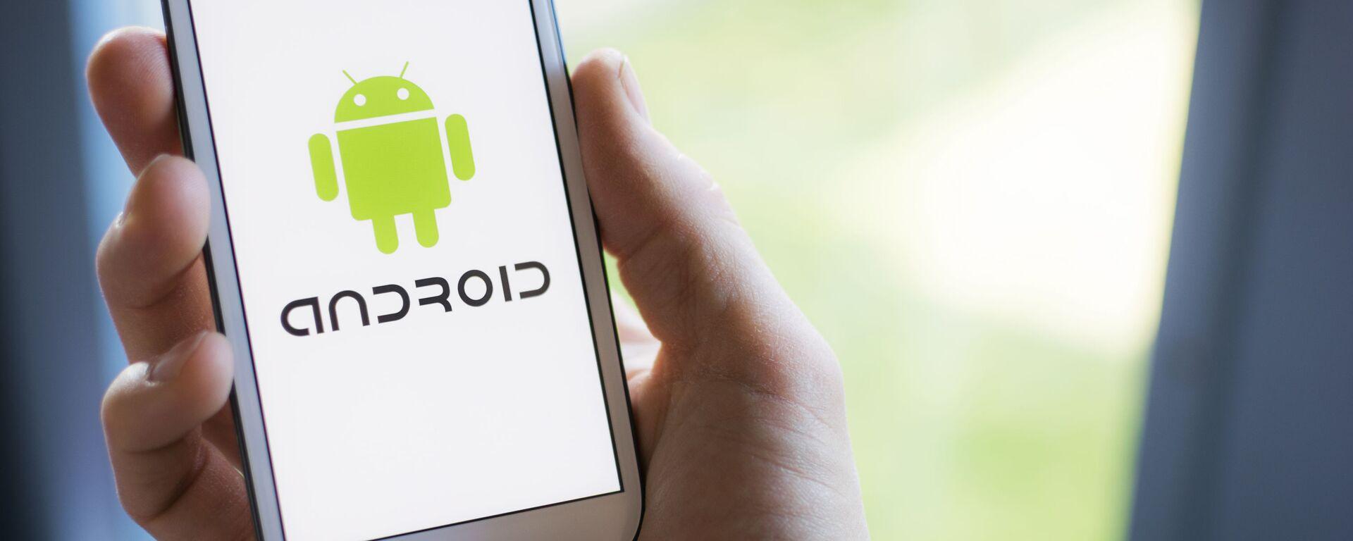 Un cellulare Samsung con il logo di Android sullo schermo - Sputnik Italia, 1920, 23.05.2021
