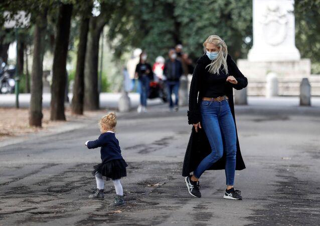 Covid-19, una donna con una bambina a Roma, Italia