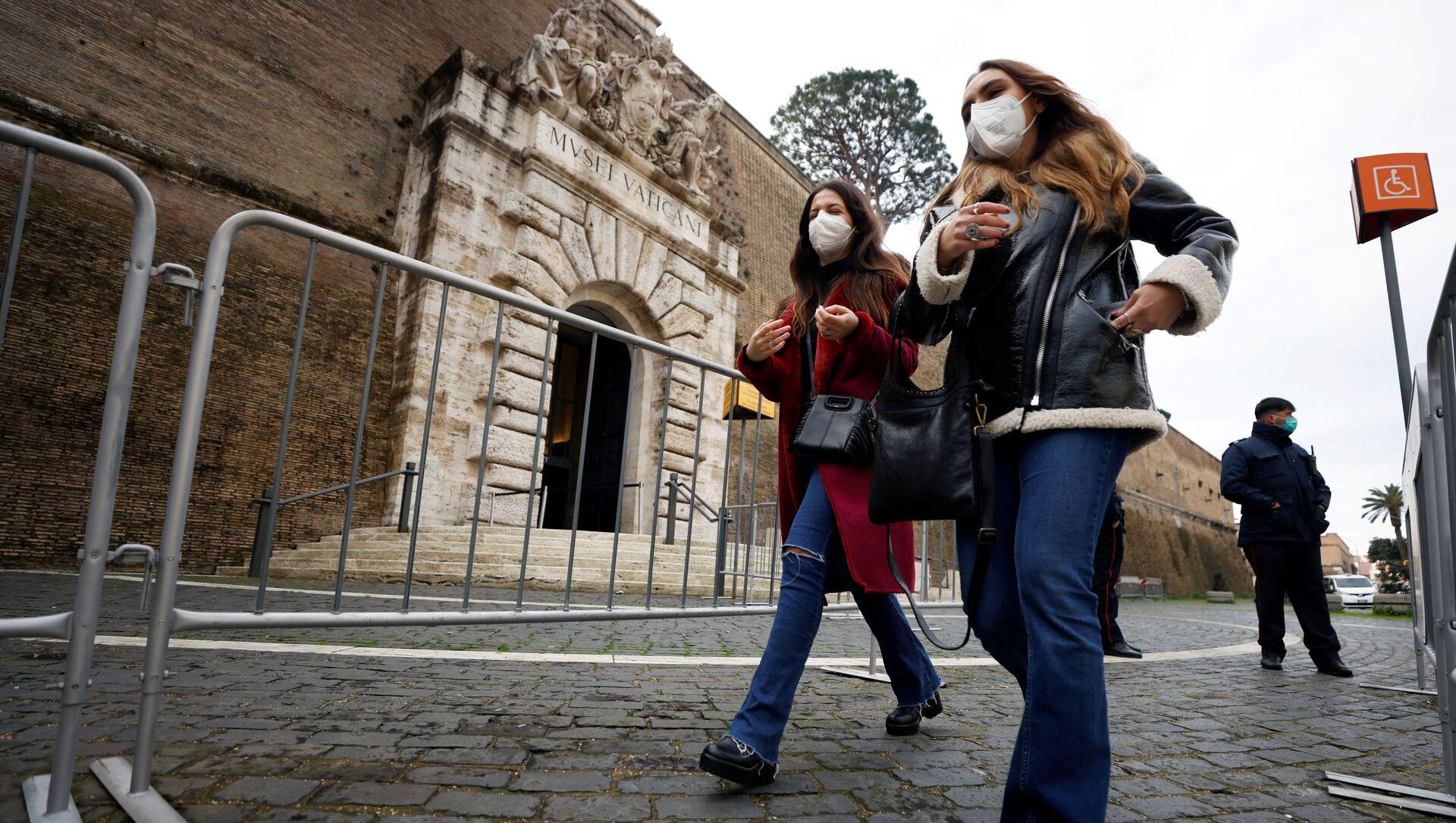 Le donne nelle mascherine protettive fanno fila per entrare nei musei vaticani, Roma - Sputnik Italia, 1920, 07.03.2021