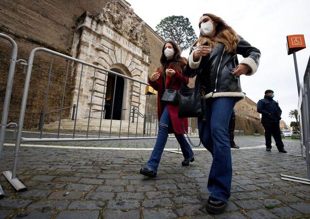 Le donne nelle mascherine protettive fanno fila per entrare nei musei vaticani, Roma