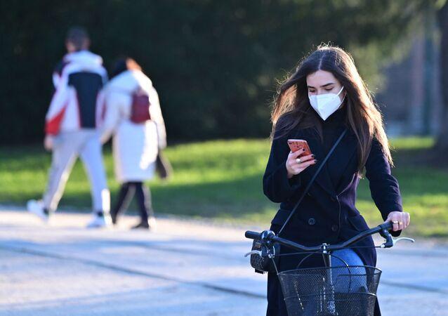 Covid-19, una ragazza in una mascherina protettiva a Milano