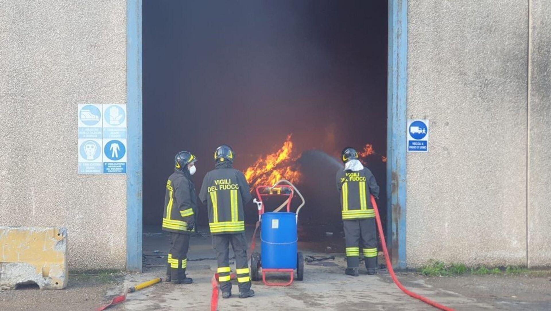 Vigili del Fuoco impegnati nello spegnimento di un incendio a Cecina, in un magazzino di stoccaggio rifiuti - Sputnik Italia, 1920, 10.02.2021