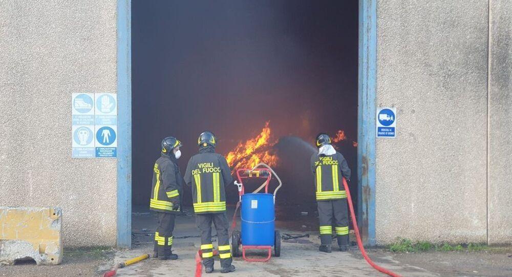 Vigili del Fuoco impegnati nello spegnimento di un incendio a Cecina, in un magazzino di stoccaggio rifiuti