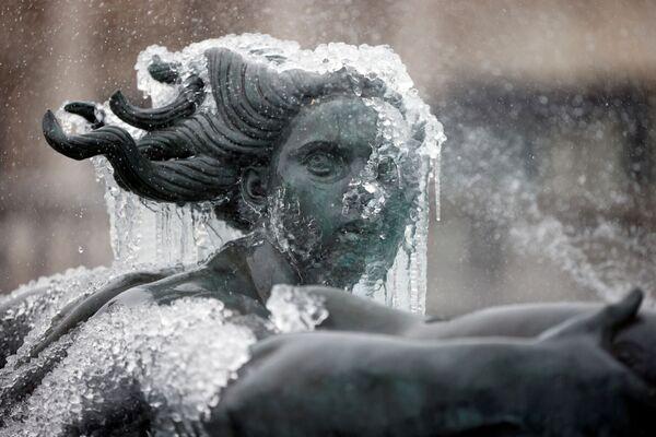 Neve copiosa e ghiaccio hanno provocato disagi in alcune parti del Regno Unito con avvisi di allerta per neve emanati su gran parte di Inghilterra, Scozia, e Irlanda del Nord  - Sputnik Italia
