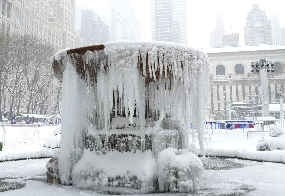 Una tempesta di neve di grandi proporzioni si è abbattuta sulla costa Est degli Stati Uniti, colpendo New York, alcune zone del New Jersey e della Pennsylvania