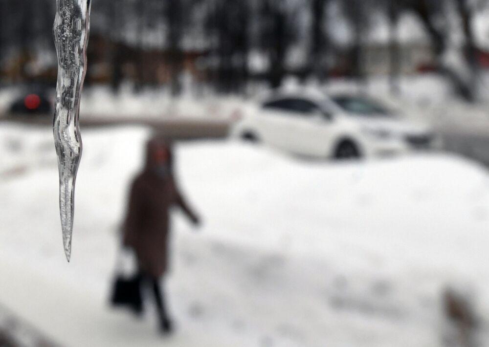 """Nevicate intense e continue per un giorno e mezzo, una vera """"apocalisse di neve"""" attenderebbe Mosca nel fine settimana – queste le previsioni di Yevgeny Tishkovets, dirigente del centro meteorologico Phobos."""