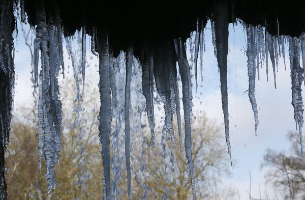 Si sono temporaneamente attenuate le nevicate a Parigi che hanno caratterizzato le prime ore della settimana ma il freddo rimane pungente e la temperatura è scesa a -2°C - Sputnik Italia