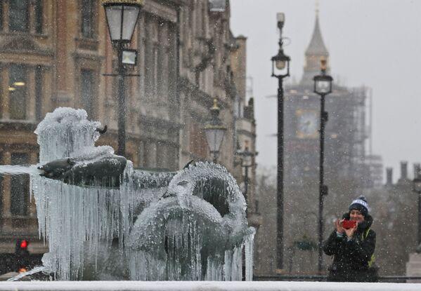 Il flusso gelido orientale raggiunge il Regno Unito nei suoi versanti est e la neve cade a Londra accompagnata da raffiche di vento e temperatura a -2°C. Neve anche in Scozia con -1°C a Edimburgo. - Sputnik Italia