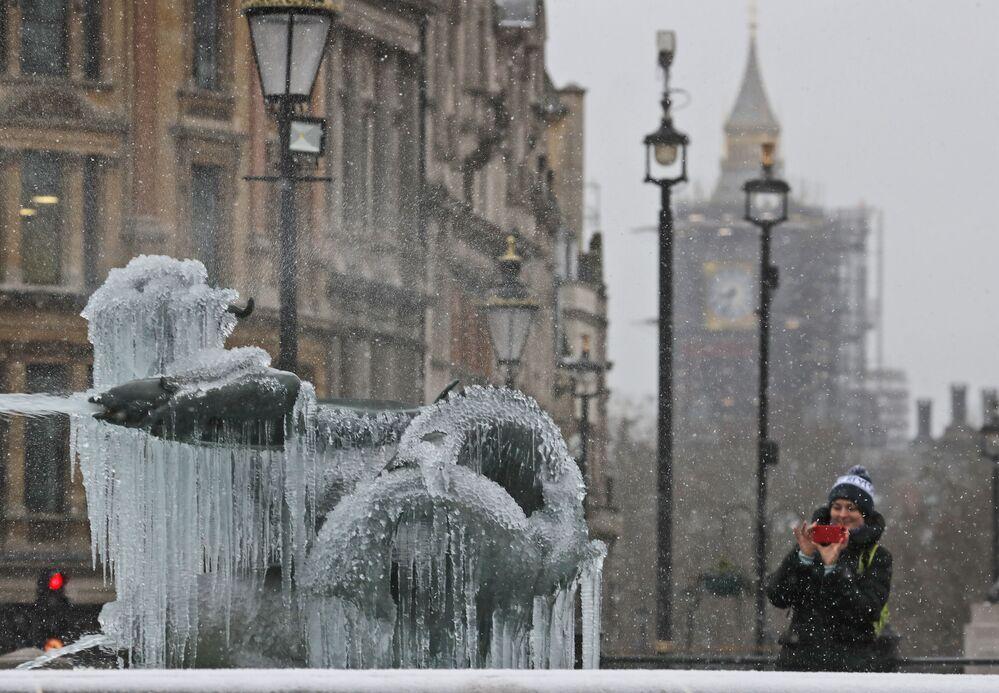 Il flusso gelido orientale raggiunge il Regno Unito nei suoi versanti est e la neve cade a Londra accompagnata da raffiche di vento e temperatura a -2°C. Neve anche in Scozia con -1°C a Edimburgo.