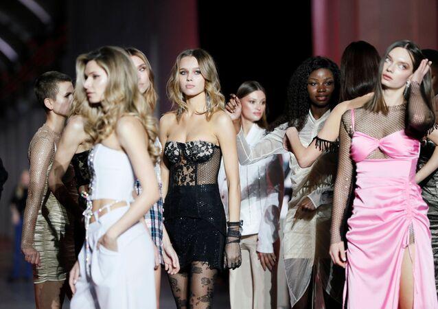 Modelle dietro le quinte della settimana della moda ucraina a Kiev