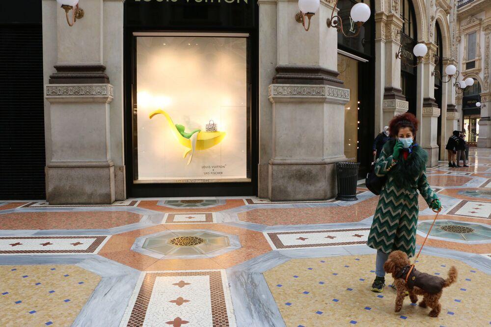 Una donna con un cane a Milano