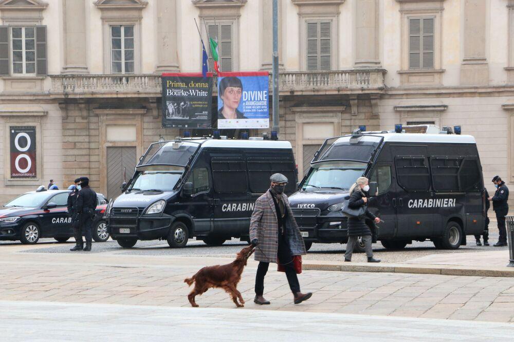 Un uomo con un cane vicino al Duomo a Milano in Italia