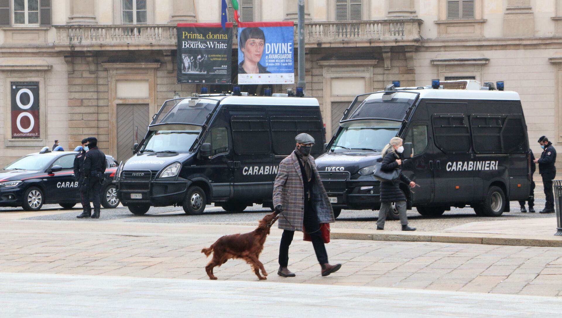 Un uomo con un cane vicino al Duomo a Milano in Italia - Sputnik Italia, 1920, 05.03.2021