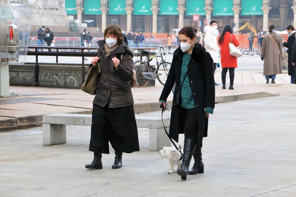 Le donne con un cane passeggiano per Milano in Italia