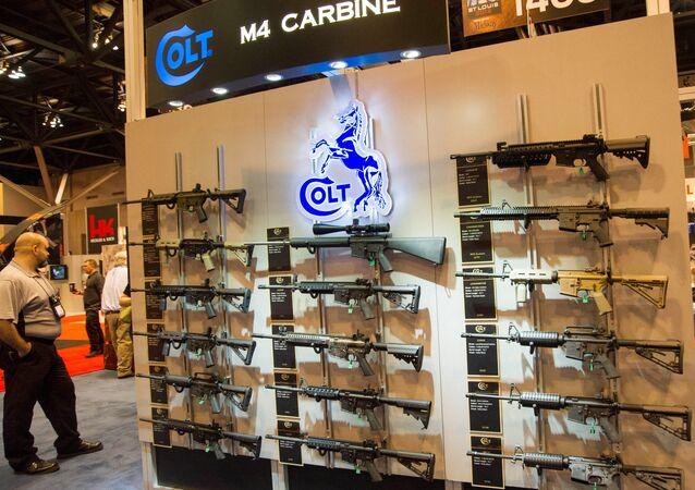 Uno stand di carabine Colt M4 ad un salone tematico nel Missouri