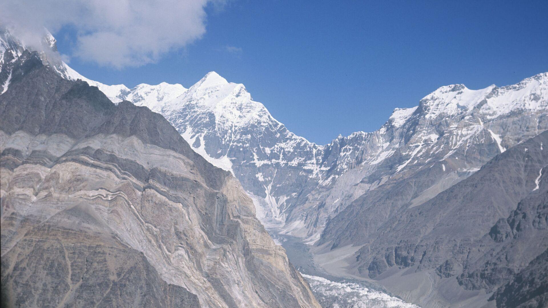 Il ghiacciaio Kalinin e, sullo sfondo, la vetta del Picco del Comunismo (dal 1998 Picco Somoni) 7495 metri, Pamir - Tagikistan  - Sputnik Italia, 1920, 10.07.2021