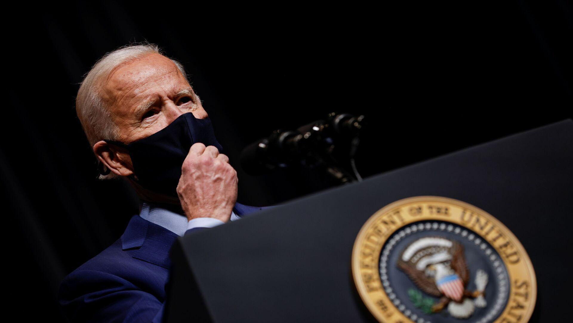 U.S. President Joe Biden removes his mask to address NIH staff during a visit to NIH in Bethesda, Maryland, U.S., February 11, 2021.  - Sputnik Italia, 1920, 19.02.2021