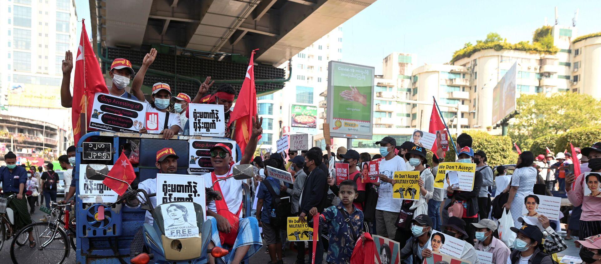 Le dimostrazioni in Myanmar contro il colpo di stato militare - Sputnik Italia, 1920, 18.02.2021