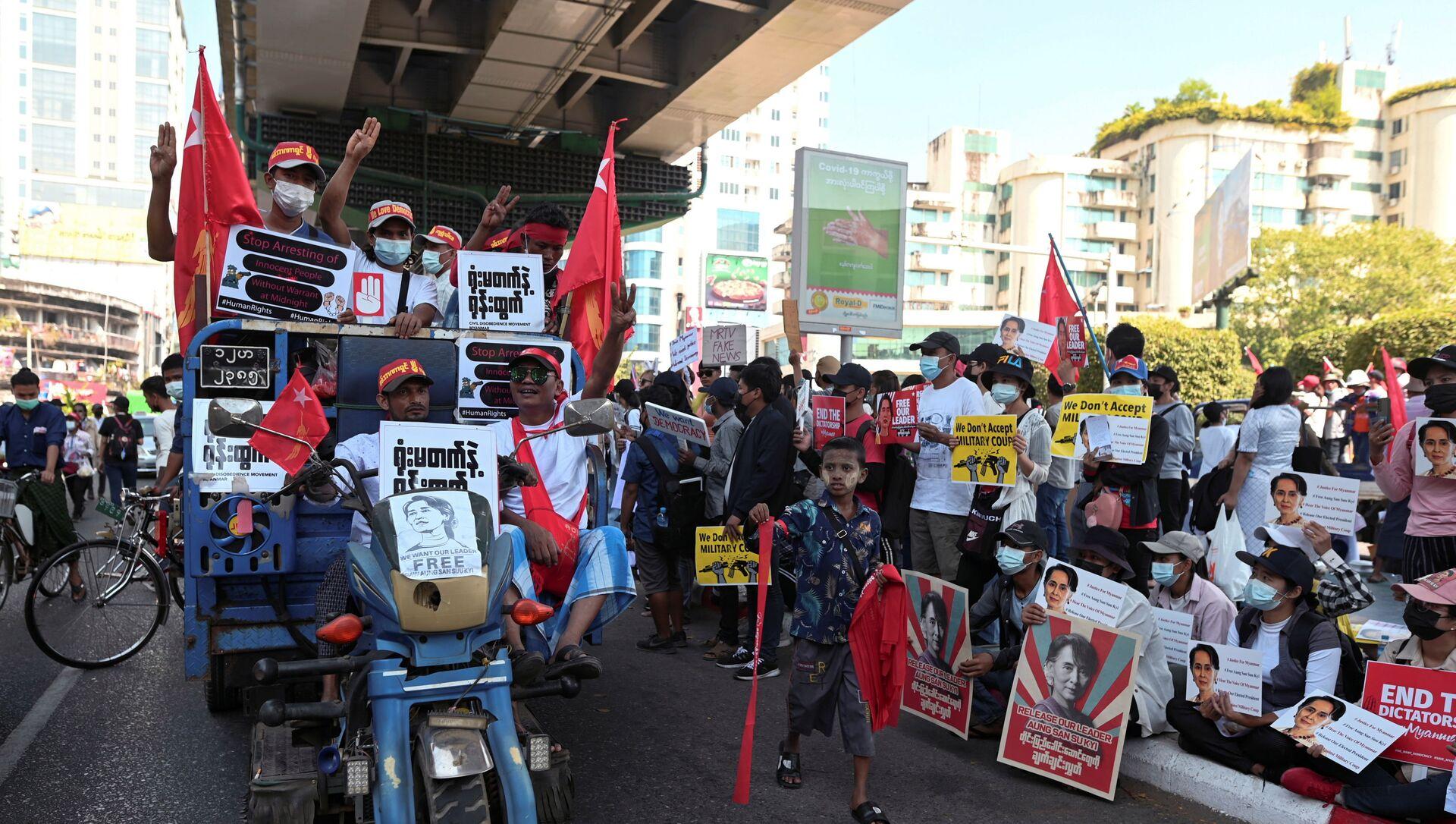 Le dimostrazioni in Myanmar contro il colpo di stato militare - Sputnik Italia, 1920, 28.02.2021