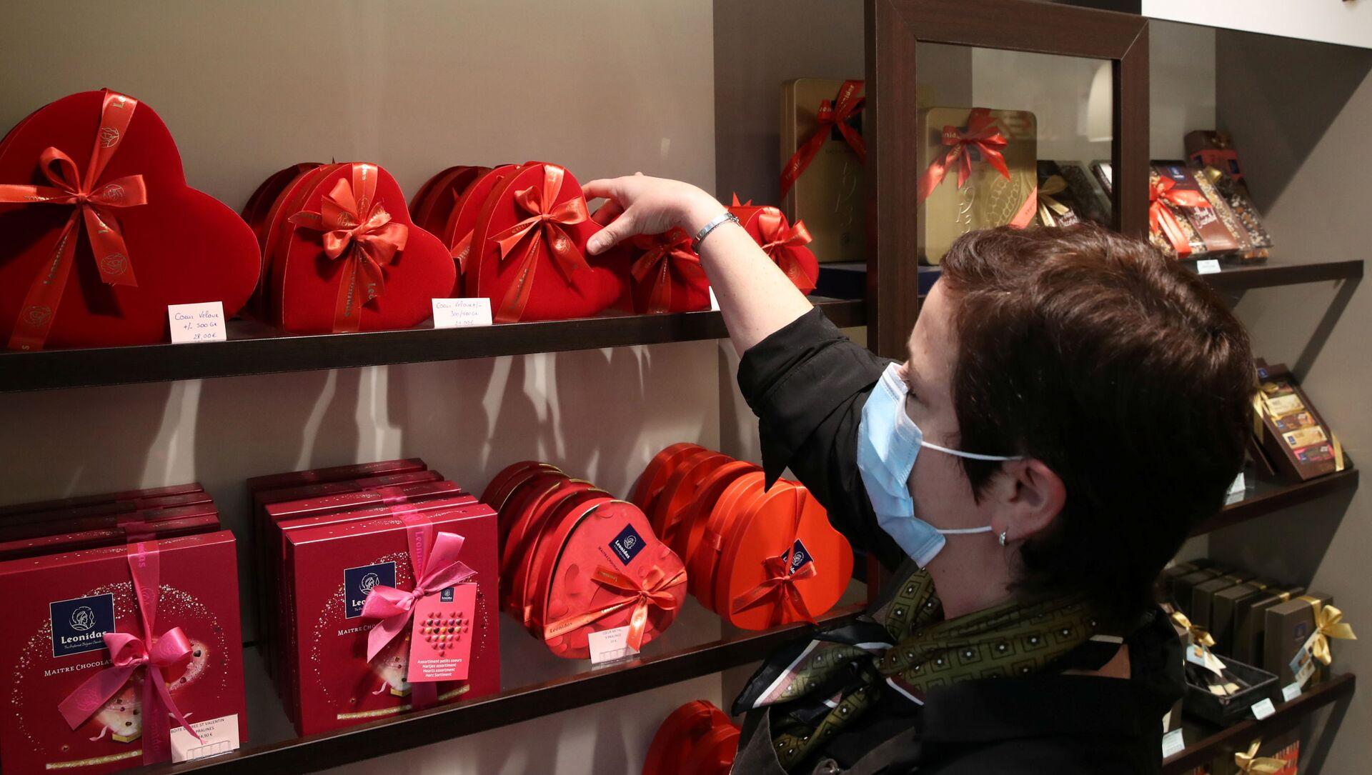 Продавец одного из самых престижных производителей шоколада Бельгии расставляет коробки во время подготовки ко Дню святого Валентина в Брюсселе, Бельгия - Sputnik Italia, 1920, 05.03.2021