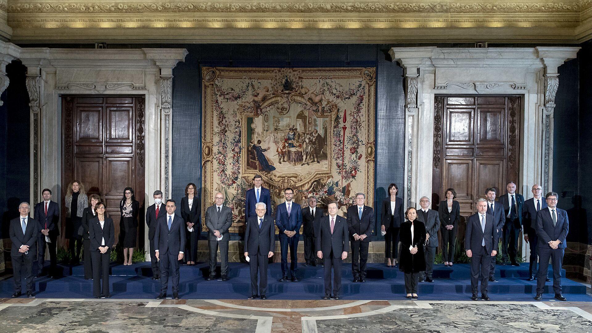 Roma - Il Presidente della Repubblica Sergio Mattarella e il Presidente del Consiglio Mario Draghi con il nuovo Governo,13 febbraio 2021 - Sputnik Italia, 1920, 08.08.2021