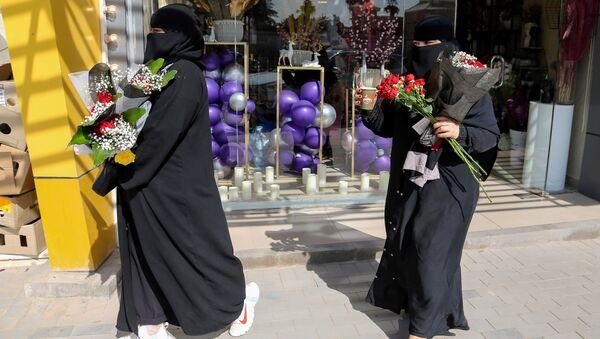 Donne con dei fiori a Riyadh in Arabia Saudita - Sputnik Italia