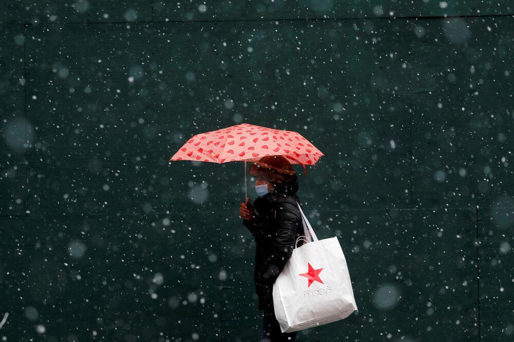 Una donna cammina a New York durante una tempesta invernale, USA, il 26 gennaio 2021