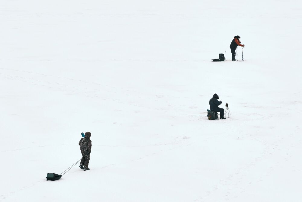 Pescatori sul fiume Bolshaya Nevka a San Pietroburgo