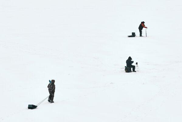 Pescatori sul fiume Bolshaya Nevka a San Pietroburgo - Sputnik Italia