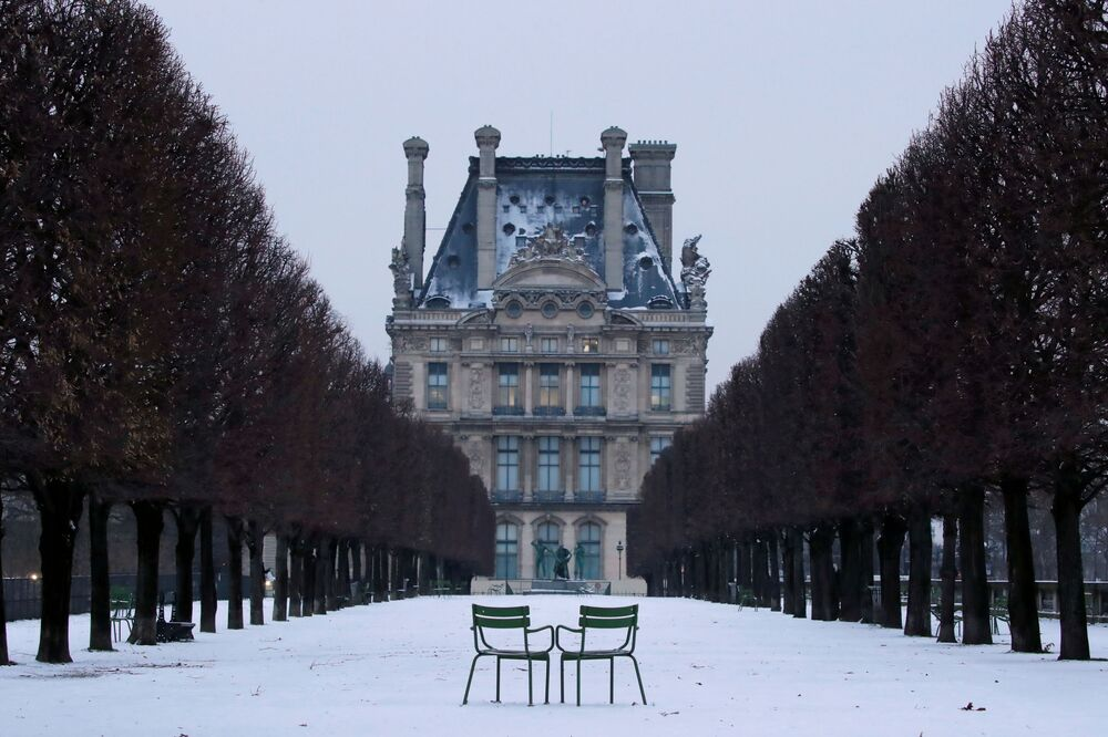 Sedie nel giardino innevato di Tuileries a Parigi, Francia