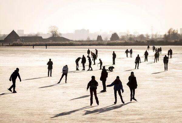 La gente pattina a Zuiderwood, Paesi Bassi - Sputnik Italia