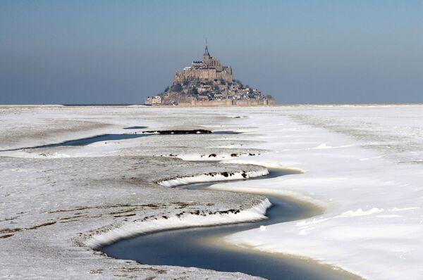 La baia innevata di Mont Saint-Michel nella regione occidentale francese della Normandia, Francia, il 10 febbraio 2021 - Sputnik Italia