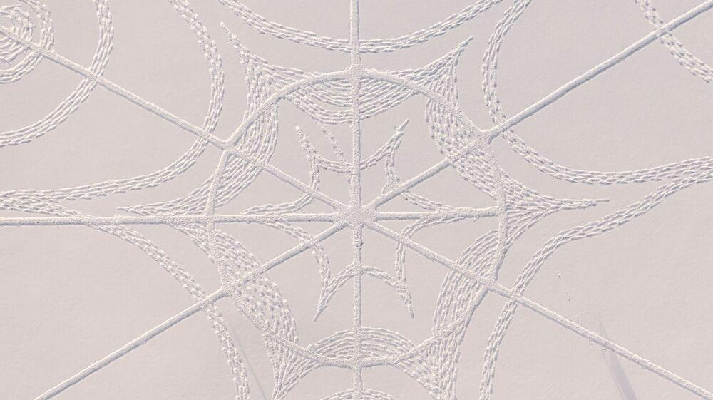 Il consulente informatico Janne Pyykko e un team di volontari hanno realizzato una singolare opera d'arte nella neve. Lo hanno fatto a Espoo, in Finlandia, utilizzando solo le impronte dei loro piedi e corde di varie lunghezze.