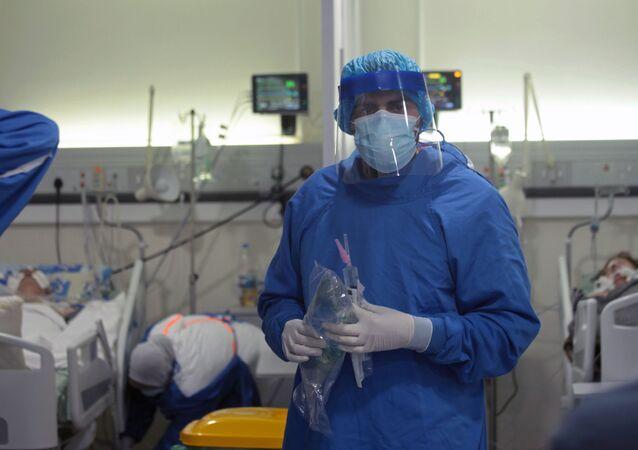 I medici lavorano in terapia intensiva