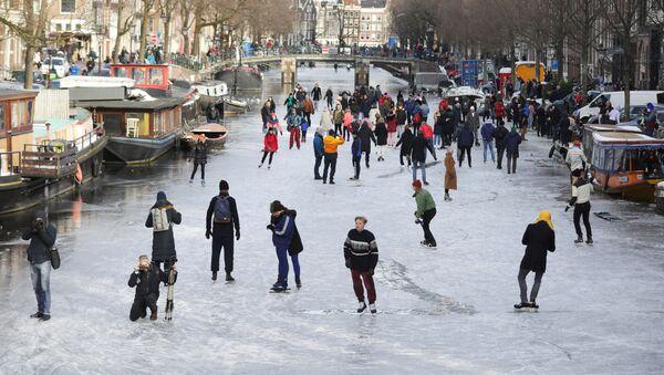La gente pattina sul canale ghiacciato di Amsterdam - Sputnik Italia
